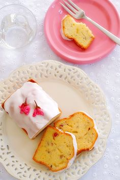 Cherry Blossum Pound Cake - the site is in Japanese, but this is such a beautiful photo I had to pin it! Japanese Bakery, Japanese Sweets, My Favorite Food, Favorite Recipes, Delicious Desserts, Yummy Food, Kawaii Dessert, Beautiful Desserts, Asian Desserts
