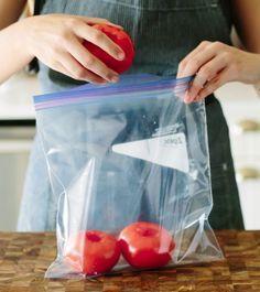 Une astuce étonnante et méconnue pour conserver les tomates en parfait étatnoté 4.2 - 11 votes En ce qui concerne le stockage des tomates, il y a plusieurs écoles. Il y a ceux qui les mettent au frigo et ceux qui ne le feraient jamais (surtout après avoir lu notre article sur la question). Mais …
