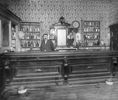 Andren Sylvester's saloon, Georgetown Co. between 1892 and 1900 - Bar Ideen Western Saloon, Old West Saloon, Old West Photos, Antique Photos, Vintage Photos, George Town, Design Set, Restaurant Bar, Westerns