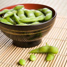 """SazonTips: Edamame es el nombre japonés para el frijol de soya.  Es de color verde y se consigue fresco en mercados orientales o congelados.  Están llenos de proteínas. Se cocinan al vapor y se consume el frijol extrayéndolo fácilmente de la """"vaina"""" cocida.  Es sabroso con sal, satisface el hambre y es bajísimo en calorías."""