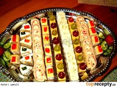 Sýrové variace Appetizer Sandwiches, Tea Sandwiches, Appetizers, Czech Recipes, Ethnic Recipes, Salty Snacks, Food Decoration, Diy Food, Hot Dog Buns