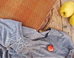Spilla mela rossa, regalo ideale per un amica, per lei o per damigelle. Red Apple brooch Gift for a friend or for her di CibHandmade su Etsy