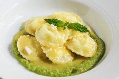 Ravioli al caprino su crema di fave alla menta con salsa allo zafferano - Con le mani in pasta