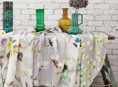 Saphira ist eine attraktive, moderne Druckkollektion: Blüten voller Anmut in einer Vielzahl an Farben auf edlem Baumwollsatin und Baumwoll-Leinen. Ein zarter Hauch von Wasserfarben auf floralen Motiven und kräftigen Magnolien. Eine Fusion der Farben. Kaskaden ineinander greifender Streifen in unzähligen Nuancen. Edler Viskosevelours, strukturell belebt durch ein Medley kräftiger Pinselstriche. Moderne Drucke Designer Stoffe & Tapeten, Polsterstoffe