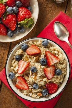 10 healthy breakfast recipes to try now: Berry-Filled Oatmeal; oats are full of calcium and magnesium giving you balance and aiding in digestion. Breakfast And Brunch, Health Breakfast, Healthy Breakfast Recipes, Healthy Eating, Healthy Recipes, Breakfast Ideas, Healthy Treats, Vegetable Recipes, Healthy Foods