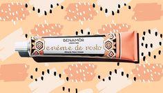 """Já tem os seus tratamentos do dia a dia e sabe o que melhor resulta na sua pele, certo? Mas conhece estes produtos de cosmética portugueses com fórmulas naturais e ricas? Regresse ao passado mas com um olhar no futuro. Estas fórmulas resultam e são """"made in Portugal"""". Pronta para experimentar?"""