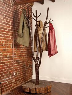 30 DIY Tree Coat Racks Personalizing Entryway Ideas with Inspiring Designs – Lushome Tree Coat Rack, Coat Tree, Coat Racks, Diy Coat Rack, Wooden Coat Rack, Branch Decor, Coat Stands, Log Furniture, Coat Hanger