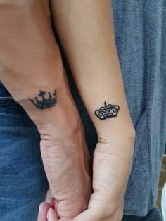 Petite tatouage couronne sur le poignet, tatouage de couple royale, couronne pou… Little crown tattoo on wrist, royal couple tattoo, crown for woman and man Diy Tattoo, Fake Tattoo, Tattoo Ideas, Wrist Tattoo, Custom Tattoo, Partner Tattoos, Relationship Tattoos, Finger Tattoos, Body Art Tattoos