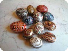 Simboluri de Paște: Ouăle decorate   DorinaDănilă.com Romania, Beaded Bracelets, Traditional, Beautiful, Pearl Bracelets, Seed Bead Bracelets, Pearl Bracelet