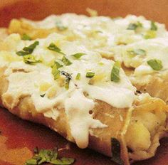 Prepara unos deliciosos tacos dorados de papa y queso con chile poblano. Excelentes para el almuerzo o para una reunión con los amigos.