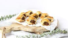 Mini saucijzenbroodjes met gekruid gehakt! Lekker bij de borrel, de brunch of de lunch! Iedereen zal er van smullen!