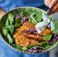 Sött möter salt. Sötpotatis och fetaost är en väldigt lyckad smakkombination. Servera gärna med krispig sallad och strimlad rödkål.