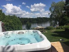 125 Cabane à Weedon, Canada. 3 bedroom cottage by the water, everything taken care of, bedding, dishes, cable with 100 channels , Netflix , bbq, 3 kayaks, dock, fire place. Spa. Very welcoming and relaxing.  Chalet sur l'eau, 3 chambers, cable 100 postes, tous inclu, Quai, bb...