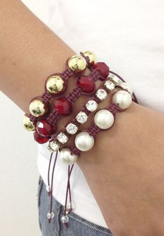 D2200    Kit de pulseiras shambalas, confeccionadas em macramé com cordão encerado na cor bordeaux, composto de 4 pulseiras:  - 1 pulseira de pérolas  - 1 pulseira de strass  - 1 pulseira de cristais facetados na cor bordeaux  - 1 pulseira de pérolas douradas    > Pode ser confeccionado em outras... Bracelets For Men, Fashion Bracelets, Shambala Bracelet, Bracelet Crafts, Purse Styles, Macrame Jewelry, Macrame Bracelets, Pandora Jewelry, Jewelry Trends