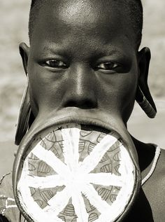 Ethiopia, a Mursi woman with the traditional lip plate, Lower Omo Valley - The original purpose of lip plugs may have been to deform, affording women a sort of protection against Arab slavers. We Are The World, People Around The World, Wonders Of The World, Large Lips, Afrique Art, Mursi Tribe, Luge, African Tribes, African Women