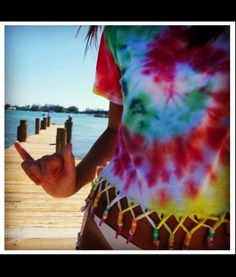 must do this to old tye dye shirts.i may or may not be obsessed with tye dye. Hippie Accessoires, Camisa Tie Dye, Diy Fashion, Ideias Fashion, Hipster Fashion, Teen Fashion, Ty Dye, How To Tie Dye, Do It Yourself Fashion