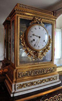 A Louis XVI white marble and ormolu mantel clock, Renacle-Nicolas Sotiau, Paris, circa 1785 Antique Mantel Clocks, Antique Desk, Louis Xvi, Vase Cristal, French Clock, Unusual Clocks, Carriage Clocks, Clocks For Sale, Modern Clock