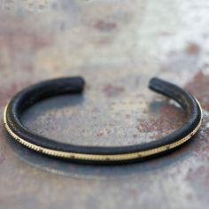 Bracelet Tomi cuir noir par 5 Octobre pour l'Atelier des Bijoux Créateurs.