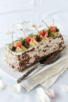 Voileipäkakku on juhlapöydän suosikki. Tämä kalavoileipäkakku on tehty hienonnetusta ruisleivästä ja savukalasta.