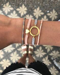 Die handgefertigten Bänder geben jedem Handgelenk das gewisse Etwas und sind ideal miteinander kombinierbar. Auch als Geschenk eignen sich die Bracelets perfekt, da es sicherlich für jeden die passende Farbe dabei hat. #schmuck #tarastyle #ring #bracelet #armband #jewelry #geschenk #frau #girl #mädchen Mint, Boho, Neue Trends, Bracelets, Jewelry, Style, Fashion, Matching Colors, Handmade