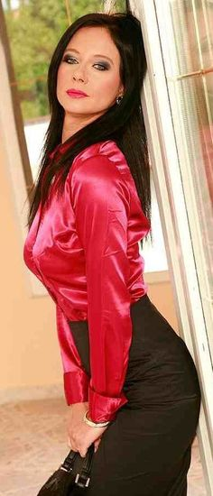 Tumblr te permite expresarte libremente, descubrir cosas que no sabías sobre ti y conocer a otras personas que comparten tus gustos. Aquí, tus intereses te acercan a gente con la que tienes mucho en común. Sexy Blouse, Blouse And Skirt, Satin Skirt, Satin Dresses, Rock Outfits, Sexy Outfits, Red Satin, Silk Satin, Little Black Skirts