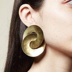 Best Collection of Earrings - Jewelry Daze Ear Jewelry, Jewelry Art, Jewelry Accessories, Fashion Accessories, Jewelry Design, Contemporary Jewellery, Modern Jewelry, Big Earrings, Chain Earrings