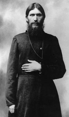 Dit is Grigori Raspoetin. Hij kwam aan het hof van de tsaar van Rusland als geestelijk leidsman. Twee jaar later werd hij uitgenodigd als genezer voor zijn zoon Aleksej, die aan hemofilie leed.