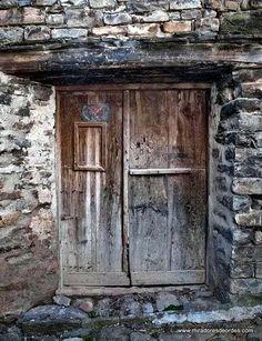 La puerta vieja - Paisajes de Ordesa                              … Vintage Doors, Antique Doors, Old Doors, Door Knockers, Door Knobs, Door Handles, Old Windows, Windows And Doors, Morrocan Doors