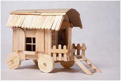 Mais uma ideia para fazer essa peça tão graciosa, uma carrocinha feita com palitos de picolé.