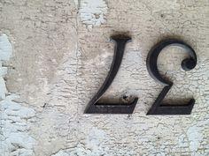 Huisnummer gehouwen uit steen
