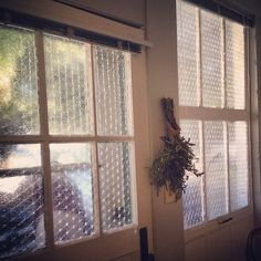 Spray water on your windows with a spray bottle, then apply bubble wrap on top of the panes to keep the heat inside by insulating on a budget. 17 Cold Weather Hacks You Need To Know For Surviving Winter Bubble Wrap Windows, Bubble Wrap Window Insulation, Window Wrap, Lifehacks, Home Improvement Projects, Home Projects, Home Design, Cheap Insulation, Architecture 3d