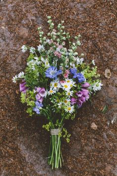 bohemian wedding in the woods, wild forest flowers bouquet, daisies, foxgloves / photo by OAK&FIR / styling by inspire styling #weddingflowers
