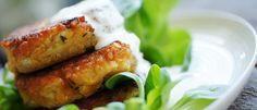 Recept på lins- och halloumibiffar med vitlökskräm. Ett väldigt gott och enkelt recept som passar bra till vardags. Se hela receptet och läs mer här!