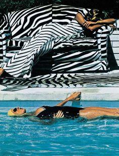 Piscine par Helmut Newton                                                       …