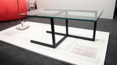 Arquétipo, mesa de centro em aço e vidro. De Enrico Sales Design.