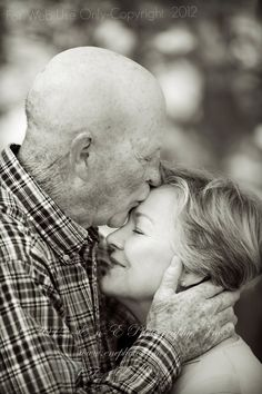 Senior love, affection, Kiss, tenderness, photo b/w Couples Âgés, Vieux Couples, Older Couples, Mature Couples, Couples In Love, Love Couple, Older Couple Poses, Couple Posing, Couple Shoot
