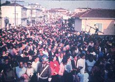 Multidão caminhando na Rua Almirante Giachetta, durante os festejos de julho da Vila Santa Isabel (anos 60) Colaborou com a foto: Tammaro Luigi Giaccio
