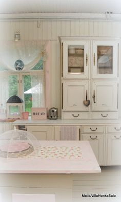 fantastic white cabinets and cupboards #kitchen #decor #cottage #vintage #pink
