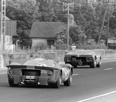 Le Mans 1967 - the Ford GT Mk. II-B leads the 330 at the entrance of the Hunaudières Road Racing, Auto Racing, Gt Cars, Race Cars, Ferrari, Le Mans 24, Ford Gt40, Vintage Racing, Cars And Motorcycles
