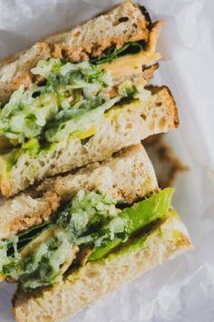 Prepara este increíble sandwich con pan de masa madre, aguacate, champiñones asados, espinaca, dip de coliflor y una rápida y fácil salsa de yogurt y pepino. Perfecto para un almuerzo o cena. Puedes acompañarlo con unas papas asadas y un batido verde. #sandwich #sandwichvegetariano #recetasvegetarianas #recetassaludables #pandemasamadre Yogurt, Salsa, Sandwiches, Food, Vegetarian, Vegetarian Recipes, Healthy Recipes, Lunches, Dinners