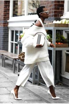 All white outfits never fail to look crisp and stylish White Fashion, Look Fashion, Fashion Outfits, Fashion Trends, Street Fashion, Womens Fashion, Woman Outfits, 50 Fashion, Fashion Bloggers