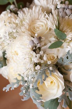 Love the mixed arrangement of white flowers. Photo by Sarah M.  #weddingphotographersminnesota #weddingflowers