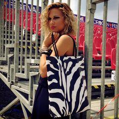 Look #aggressivo? Allora le borse #animalier fanno per voi!! Potete acquistarle online: www.gruppoantagor... #pvcbag #bag #fashionbag #aggressivestyle #leopard #zebra #print #borsa #grintosa #blackandwhite #stampa #pvc #borsagruppoantagora #madeinitaly #artigianatoitaliano