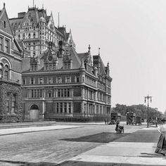 Here is another view of the Vanderbilt mansion with the addition of Mr. Vanderbilt was able to buy out his neighbors homes and tear… New York Architecture, Historical Architecture, Beautiful Architecture, Vintage Architecture, American Mansions, Old Mansions, Second Empire, Vintage New York, Gilded Age