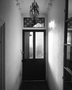 The flat #indoors #stmargarets #twickenham #flat #gate #reception #hall #richmond #london #british #architecture #britishhouse #dailylife #life #living  #travel #lifestyle #blackandwhitephotography