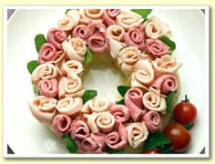 What a cute wreath . who thought to do that with lunch meat? Party Trays, Snacks Für Party, Appetizers For Party, Appetizer Recipes, Meat Trays, Meat Platter, Deli Platters, Cheese Platters, Cute Food