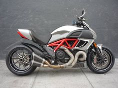 Doesn't look altered to me but what's up with picture you can see through the bike between the cylinders. Diavel Ducati, Zombie Apocalypse Weapons, Super Bikes, Bikers, Cars And Motorcycles, Vehicles, Pictures, Image, Top