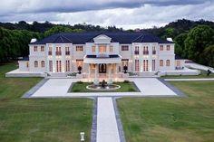 Ridong billionaire Riyu Li buys Bellagio La Villa, the Gold Coast hinterland mansion - such a beautiful design Mansion Homes, Dream Mansion, White Mansion, Estate Homes, Beach Mansion, Mansion Interior, World's Most Beautiful, Beautiful Homes, Beautiful Beach