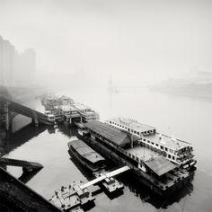 Sus paisajes urbanos cuentan con una iluminación asombrosa, que contrasta con la neblina típica de Chongging.