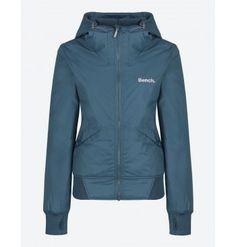 Chaqueta Bench Onetimer III Jacket Azul Tejido ligero, duradero y resistente al agua. Dos bolsillos laterales con corchete. Capucha ajustable. Se guarda totalmente dentro de la capucha y se cierra con velcro.